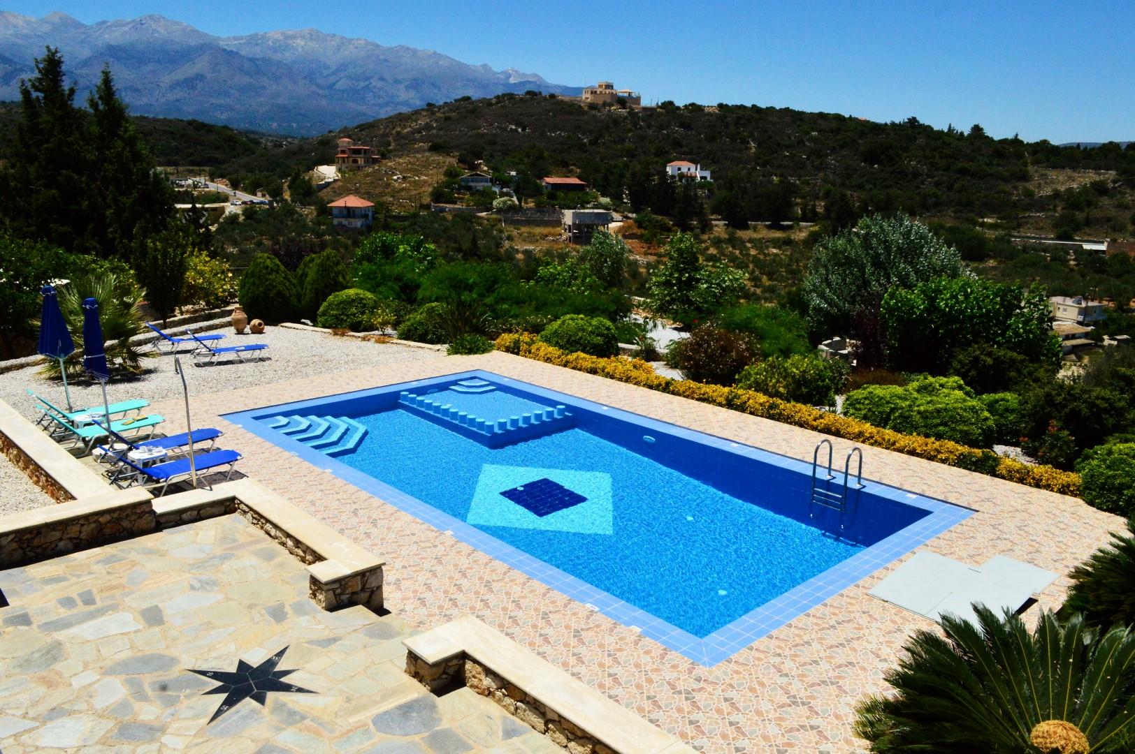 Villa gaia villas in kalives crete escapes for Villas gaia
